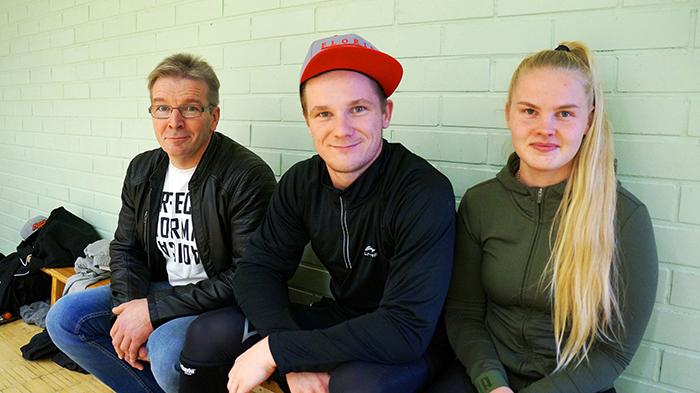 Veikko Koivulampi (vas.) jännitti poikansa Nikon (kesk.) pelejä miesten A-sarjassa yhdessä miniänsä Mirjamin kanssa.